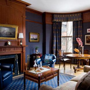 広いヴィクトリアン調のおしゃれなLDK (フォーマル、青い壁、淡色無垢フローリング、標準型暖炉、木材の暖炉まわり、テレビなし、ベージュの床) の写真