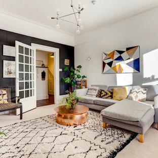 Klassisk inredning av ett vardagsrum, med vita väggar, heltäckningsmatta och vitt golv