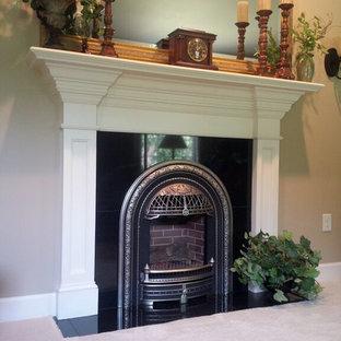 アトランタのヴィクトリアン調のおしゃれなリビング (フォーマル、グレーの壁、カーペット敷き、標準型暖炉、金属の暖炉まわり、白い床) の写真