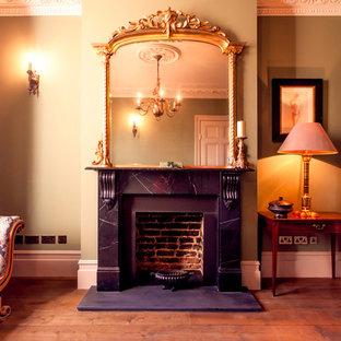 ロンドンの小さいヴィクトリアン調のおしゃれな独立型リビング (フォーマル、無垢フローリング、標準型暖炉、石材の暖炉まわり、テレビなし) の写真