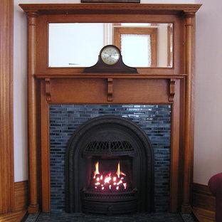 ミネアポリスのヴィクトリアン調のおしゃれなリビング (コーナー設置型暖炉、タイルの暖炉まわり、紫の壁) の写真