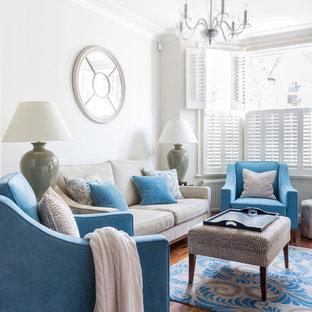 Imagen de salón para visitas clásico con paredes blancas