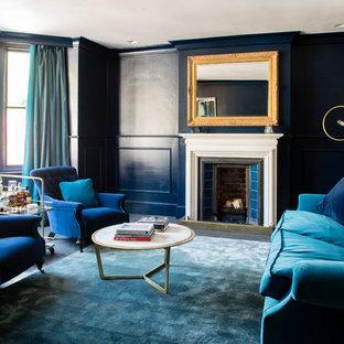 デヴォンのヴィクトリアン調のおしゃれなリビング (青い壁、塗装フローリング、標準型暖炉、内蔵型テレビ) の写真
