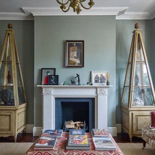 ロンドンの中サイズのヴィクトリアン調のおしゃれな独立型リビング (ライブラリー、緑の壁、無垢フローリング、標準型暖炉、テレビなし) の写真