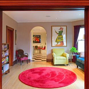 ボストンのヴィクトリアン調のおしゃれな独立型リビング (紫の壁、淡色無垢フローリング、暖炉なし、テレビなし) の写真