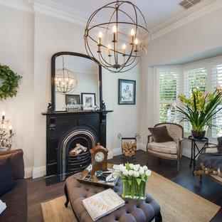 メルボルンの小さいヴィクトリアン調のおしゃれな独立型リビング (フォーマル、白い壁、無垢フローリング、標準型暖炉、金属の暖炉まわり) の写真