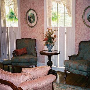 フィラデルフィアの小さいヴィクトリアン調のおしゃれな独立型リビング (フォーマル、ピンクの壁、無垢フローリング、テレビなし) の写真