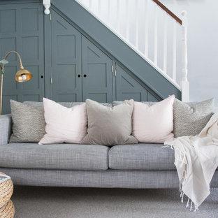 Ispirazione per un soggiorno scandinavo di medie dimensioni e aperto con pareti grigie, pavimento in legno verniciato e pavimento bianco