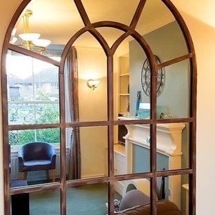 Idee per un soggiorno vittoriano di medie dimensioni e chiuso con pareti blu, moquette e pavimento verde