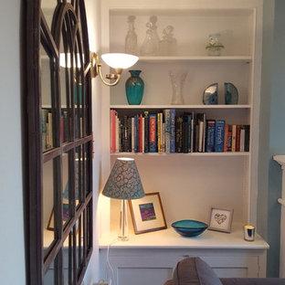 サリーの中くらいのヴィクトリアン調のおしゃれな独立型リビング (青い壁、カーペット敷き、緑の床) の写真