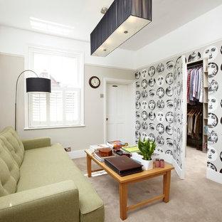 Aménagement d'un salon contemporain avec un mur beige et moquette.