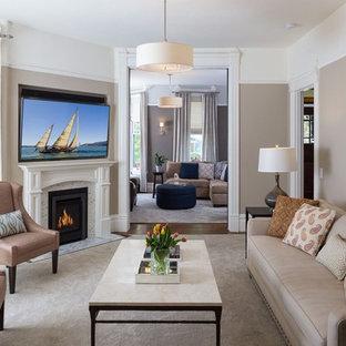 Großes, Offenes Klassisches Wohnzimmer mit brauner Wandfarbe, dunklem Holzboden, Eckkamin, Kaminumrandung aus Stein, Wand-TV und braunem Boden in San Francisco