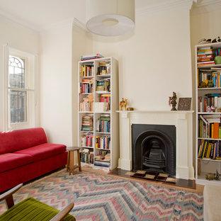 シドニーの小さいヴィクトリアン調のおしゃれな独立型リビング (ライブラリー、標準型暖炉、白い壁、淡色無垢フローリング、漆喰の暖炉まわり) の写真