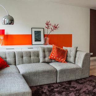 Foto de salón minimalista con parades naranjas y suelo beige