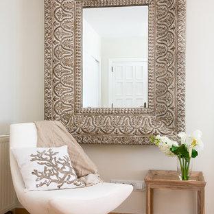 Diseño de salón para visitas abierto, mediterráneo, pequeño, sin chimenea y televisor, con paredes blancas y suelo de baldosas de terracota