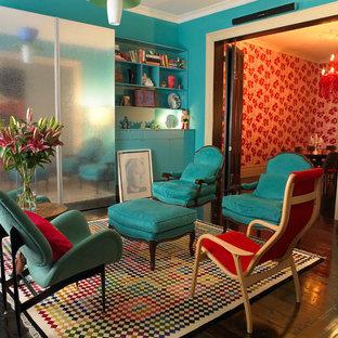 Idées déco pour un salon éclectique de taille moyenne avec un mur bleu et un sol en bois foncé.