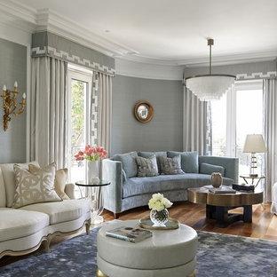 Idées déco pour un salon classique avec un mur gris, un sol en bois brun et un sol marron.