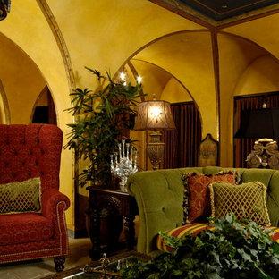Idee per un grande soggiorno classico con pareti gialle e pavimento in ardesia