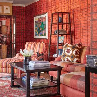 Diseño de salón para visitas cerrado, bohemio, de tamaño medio, sin chimenea y televisor, con paredes rojas, suelo de madera oscura y suelo marrón