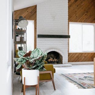 Idee per un soggiorno minimal con pareti marroni, pavimento in legno verniciato, camino classico, cornice del camino in mattoni e pavimento bianco