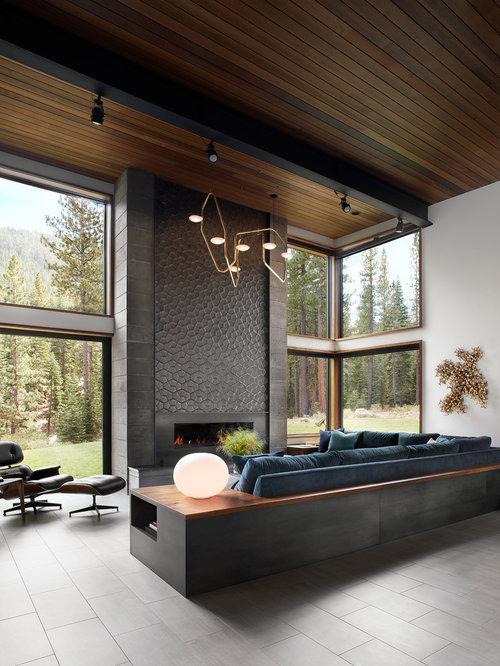 Geräumiges, Fernseherloses, Repräsentatives Modernes Wohnzimmer Mit Weißer  Wandfarbe, Porzellan Bodenfliesen, Gaskamin