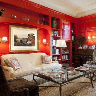 Idee per un soggiorno classico di medie dimensioni e aperto con pareti rosse, libreria, moquette, camino classico, nessuna TV e cornice del camino in metallo