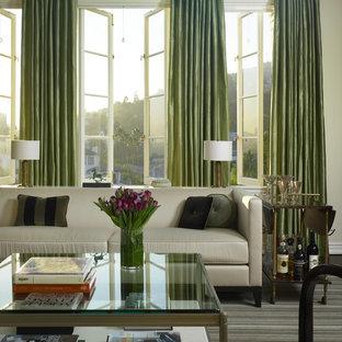 Immagine di un soggiorno tradizionale di medie dimensioni con sala formale, camino classico, cornice del camino in legno, parquet scuro, pareti beige e nessuna TV