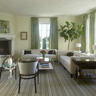 Ispirazione per un soggiorno tradizionale di medie dimensioni con sala formale, pareti beige, parquet scuro, camino classico, cornice del camino in legno e nessuna TV