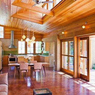 На фото: открытая гостиная комната среднего размера в современном стиле с бетонным полом, бежевыми стенами и оранжевым полом с
