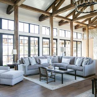Offenes Country Wohnzimmer mit weißer Wandfarbe, braunem Holzboden, braunem Boden, Holzdielendecke, gewölbter Decke und Holzdielenwänden in Orange County