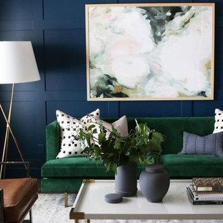 Exempel på ett mellanstort klassiskt vardagsrum, med blå väggar och mellanmörkt trägolv