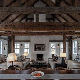 Esempio di un ampio soggiorno contemporaneo con parquet scuro e camino classico