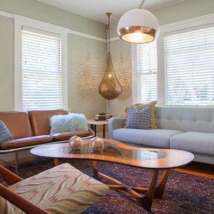 Imagen de salón para visitas abierto, vintage, pequeño, sin chimenea, con paredes verdes y suelo de madera en tonos medios