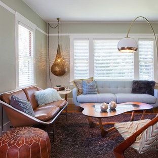 Diseño de salón para visitas abierto, retro, pequeño, sin chimenea y televisor, con paredes verdes y suelo de madera en tonos medios
