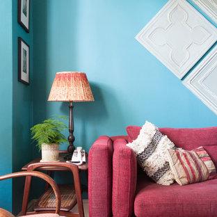 ロンドンの小さいエクレクティックスタイルのおしゃれなLDK (青い壁、無垢フローリング) の写真