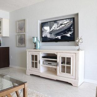 タンパの小さいビーチスタイルのおしゃれなLDK (グレーの壁、壁掛け型テレビ、大理石の床、暖炉なし) の写真