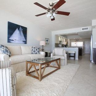 タンパの小さいビーチスタイルのおしゃれなLDK (グレーの壁、大理石の床、壁掛け型テレビ、フォーマル、暖炉なし) の写真