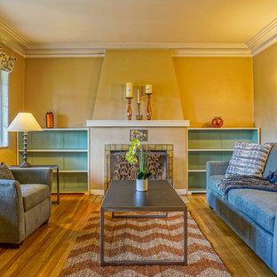アルバカーキの小さいおしゃれな独立型リビング (フォーマル、ベージュの壁、淡色無垢フローリング、標準型暖炉、漆喰の暖炉まわり) の写真