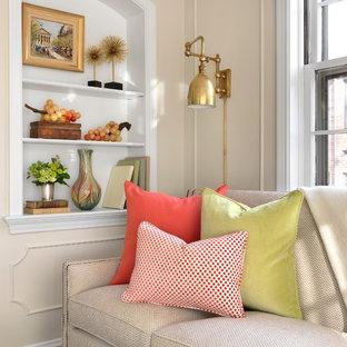 Ejemplo de salón cerrado, clásico, pequeño, con paredes beige, televisor colgado en la pared y suelo de madera en tonos medios