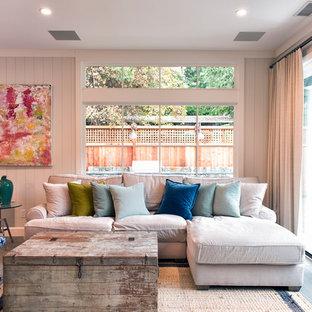 他の地域の小さいおしゃれなLDK (フォーマル、白い壁、ラミネートの床、暖炉なし、テレビなし、グレーの床) の写真