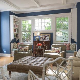 他の地域のトラディショナルスタイルのおしゃれな独立型リビング (青い壁、フォーマル、無垢フローリング、標準型暖炉、壁掛け型テレビ、オレンジの床) の写真