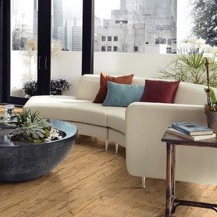 Idee per un soggiorno in montagna di medie dimensioni e aperto con pareti bianche, pavimento in vinile, nessun camino e nessuna TV