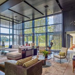 Diseño de salón abierto, minimalista, grande, con paredes negras, suelo gris y suelo de cemento
