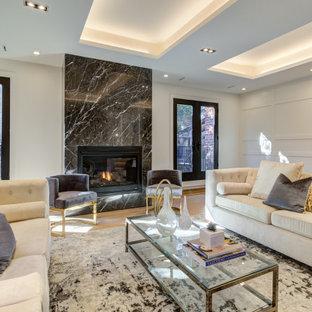 Cette image montre un grand salon traditionnel en bois fermé avec une salle de réception, un mur blanc, un sol en bois clair, une cheminée standard, un manteau de cheminée en pierre, un sol marron et un plafond décaissé.