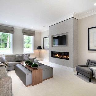 Idee per un soggiorno design con pareti grigie, camino lineare Ribbon, TV a parete e divano davanti alla finestra