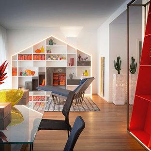 Idee per un soggiorno minimal di medie dimensioni e aperto con pareti bianche e parquet chiaro