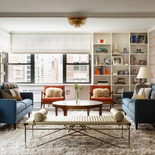 Idéer för ett modernt allrum med öppen planlösning, med flerfärgade väggar, mörkt trägolv och brunt golv