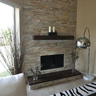 Diseño de salón minimalista, de tamaño medio, con paredes beige, suelo de baldosas de cerámica, chimenea de esquina y marco de chimenea de piedra