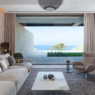 Ejemplo de salón abierto, moderno, con paredes beige y suelo beige