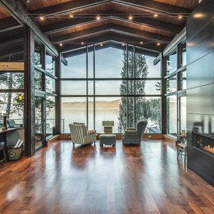 Idee per un soggiorno stile rurale aperto con pavimento in legno massello medio, camino lineare Ribbon e pavimento marrone